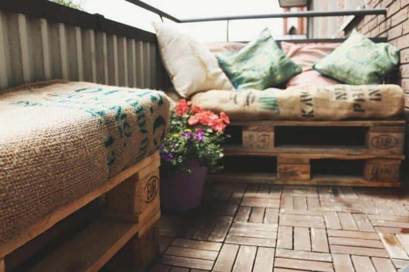 Balkonmöbel aus Paletten auf einem Balkon