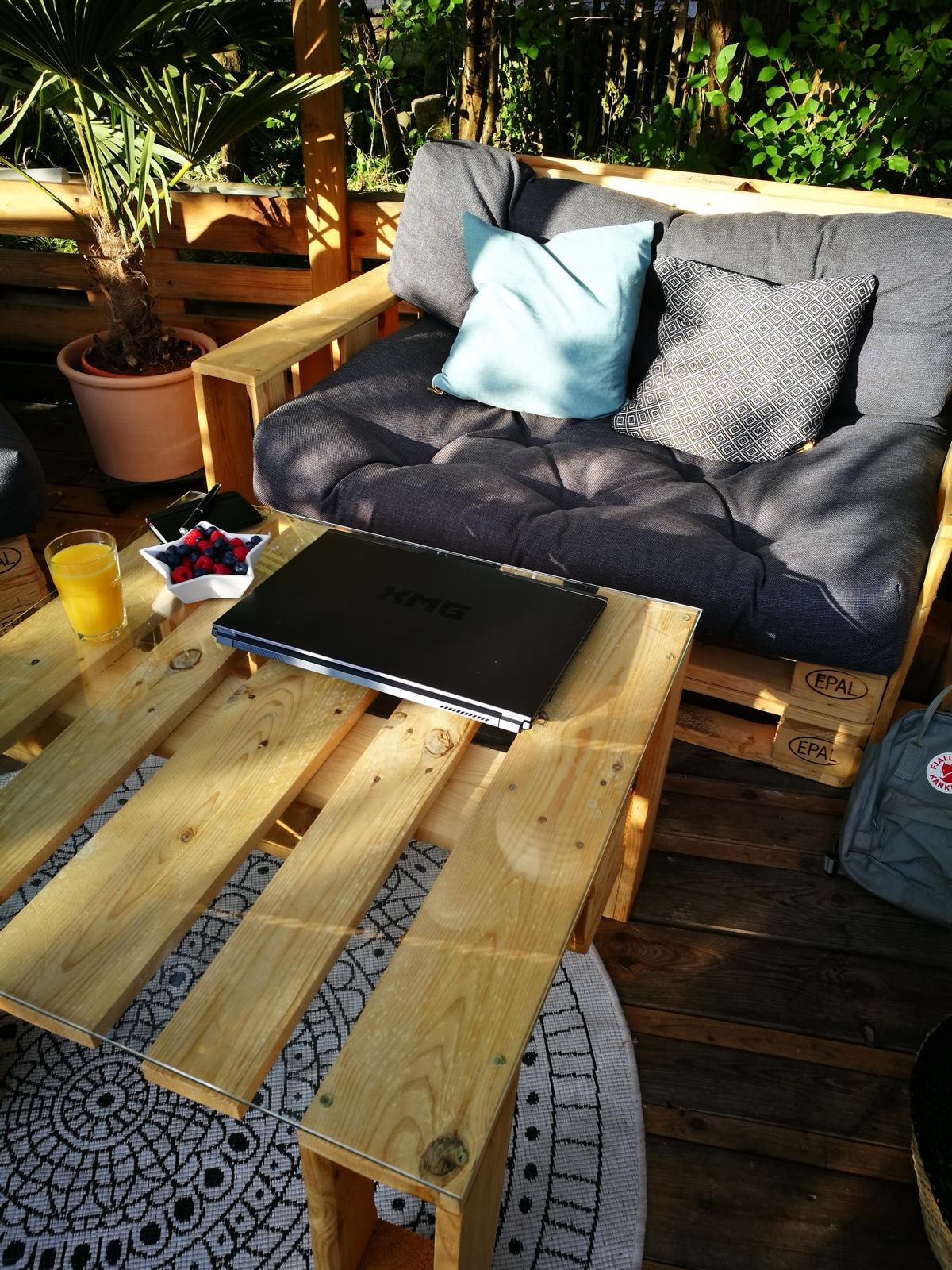 graue-palettenkissen-set-sofa