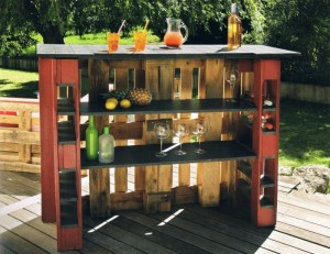 Bar aus Paletten im Garten