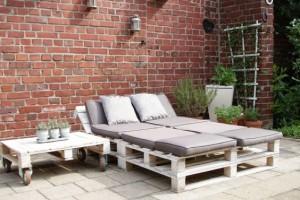 Gartenliege- Liege-Gartenmöbel-aus-Europaletten auf der Terrasse