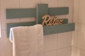 Handtuchhalter aus einer Palette im Badezimmer