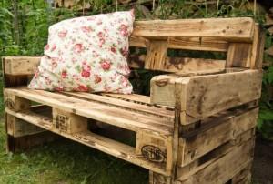 Sitzbank aus Paletten-Palettenmöbel im Garten